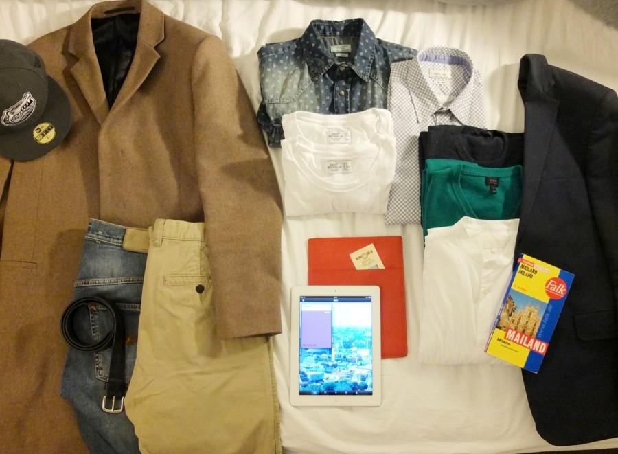Cap, NewEra | Mantel, COS | Jeans, Nudie Jeans | Chino, H&M | Gürtel, Marc Jacobs | Jeanshemd, Zara | Weiße T-shirts, H&M | Blau gemustertes Hemd, Zara | Blauer Baumwoll/Caschmere Pullover, Gap | Grüner Merino Pullover, J. Crew | Weißes kragenloses Hemd, COS | Sakko, Clemens en August | iPad mit Wallpaper City Guide Milan, Apple | Oranges iPad Case, COS | Falk Stadtplan Mailand Bild: Michael Sarreiter