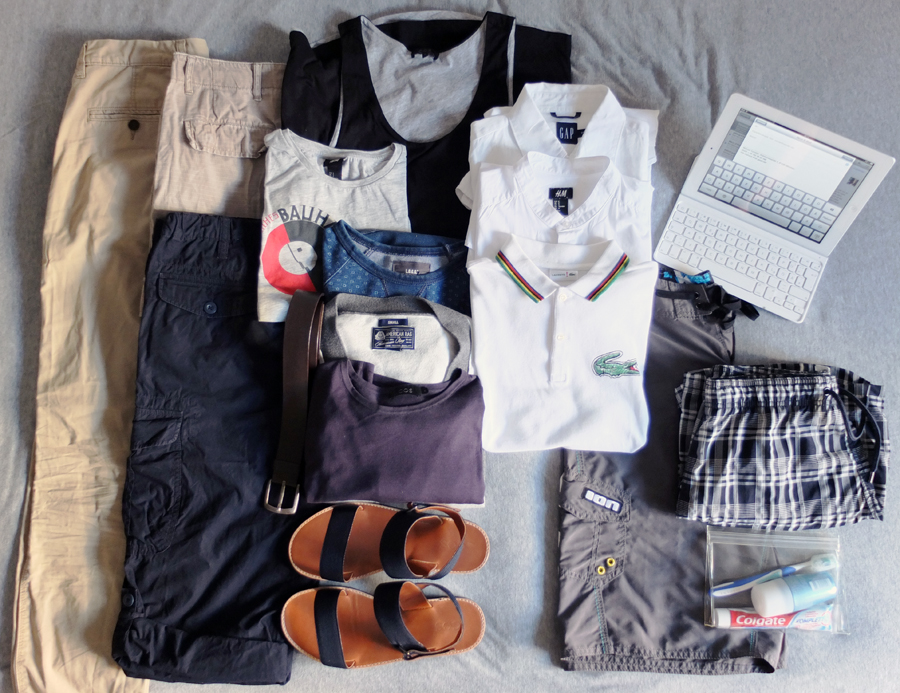 Chino, H&M | Shorts Beige, H&M Vintage | Shorts Blau, Uniqlo | Schwarzes Tank Top, COS | T-shirt mit Bauhaus Print, H&M | Idigo Sweatshirt mit kleinen Blumen, H&M | Cardigan, American Rag | Blauer Feinstrick Pullover, COS | Gürtel, Zara | Sandalen, COS | Weißes Leinenhemd, GAP | Weißes kragenloses Kurzarmhemd, H&M | Polo Shirt, Lacoste RED | Board Shorts, ION | Karierte Badehose, H&M, On Board Necessaire, Muji | Ipad Tastatur & Cover, Logitech (Ideal für Blog Einträge unterwegs!)